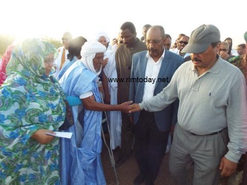 رئيس الجمهورية مع الشيخ موسى ولد كبد على ظهر سد مكطع لحجار