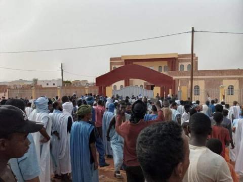 المتظاهرون امام مبني مقاطعة الطينطان