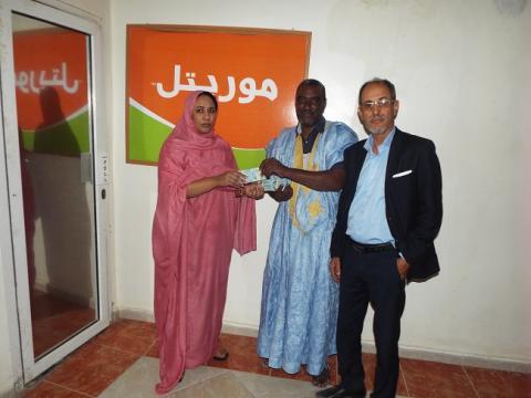 رئيسة قسم الاتصالات بالشركة منى محمد الناجي تسلم الجائزة الكبرى
