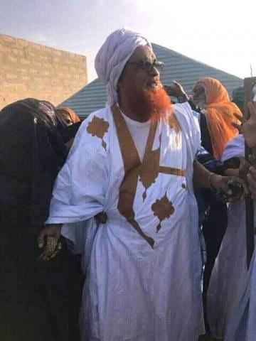 عالم موريتاني في تصرف غير مألوف في التقاليد الوطنية