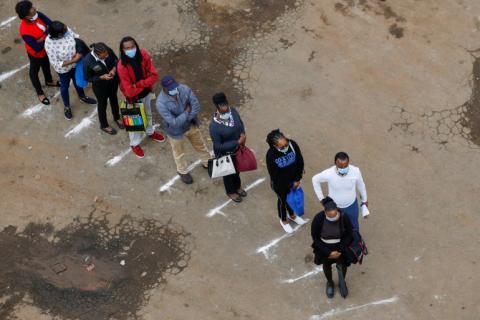 مواطنون في نيروبي ينتظرون حافلة النقل العام مع احترام شروط التباعد الاجتماعي