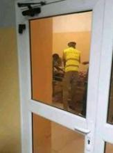 صورة التقطت للقتيل وهو داخل المستشفى رفقة رجل أمن واطباء