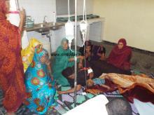 سيدة  في حالة صحية حرجة تتلقى العلاج داخل غرفة مخصصة للطبخ و إعداد الشاي