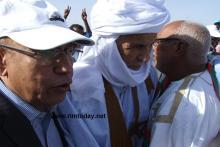 وزير الدفاع يساعد ولد هيداله في النزول من المنصة