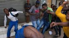 نيجيري يتعرض للضرب من قبل المواطنين